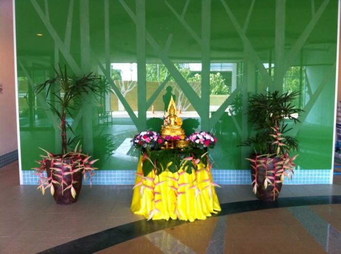 Je kunt een kopje water over de buddha heen gooien in mijn lobby.
